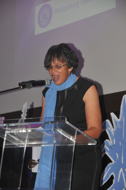 141127-Acceptance-speech-Library-Director-Monique-Alberts-Crystal-Pineapple.jpg